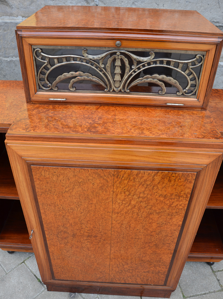 Art Deco desk — Top of the central cabinet, with the window closed