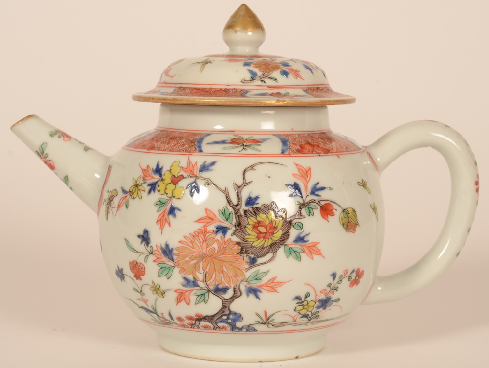 An artistically painted Chinese porcelain teapot in famille verte enamels — 18th century teapot with lid