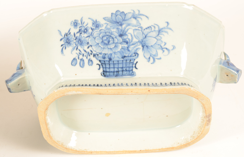 Chinese porcelain blue and white tureen — Detail of the painted flower basket