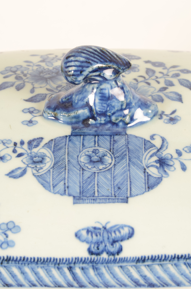chinese porcelain chine de commande  blue and white tureen — Detail of shell shaped knob of octogonal chinese tureen