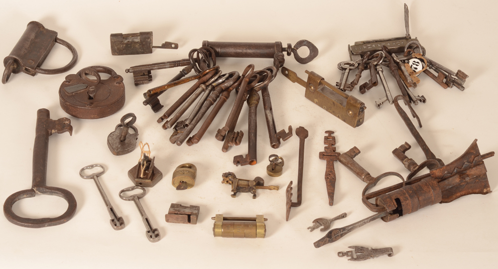 Collection of locks and keys — Collection amusante de cadenas et clefs, d'origine Africaine, Chiniose, Européenne, etc...
