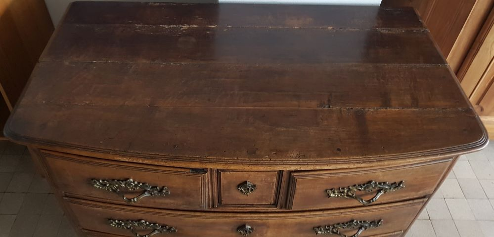 L XVth chest of drawers — <p>Top of the commode, in original condition but showing traces of use</p>