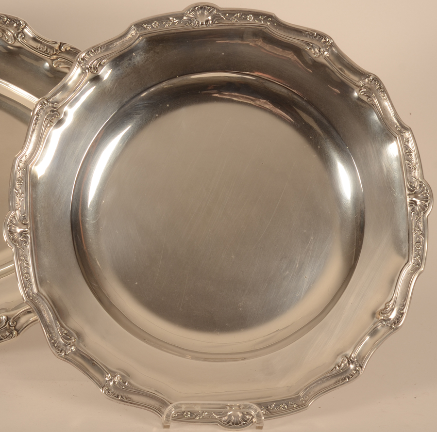 Delheid Frères — Detail of the round silver tray