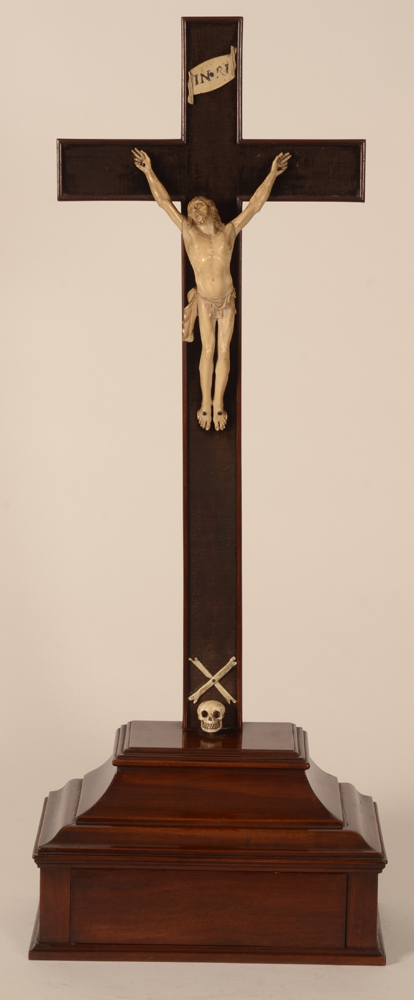 Empire Christ on the cross — Beau Christ en ivoire de belle qualite, d'epoque empire (ca. 1800), croix en acajou avec tiroir secret