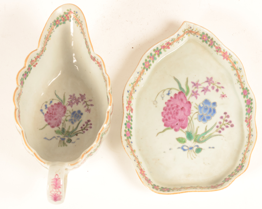Chinese famille rose sauce boat and tray with peony pattern — ?Chinese famille rose sauce boat and tray with peony pattern
