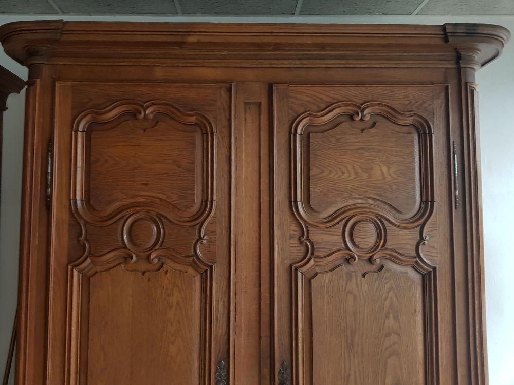 French oak wardrobe 18th century — <p>View of the upper part, with the original cornice</p>