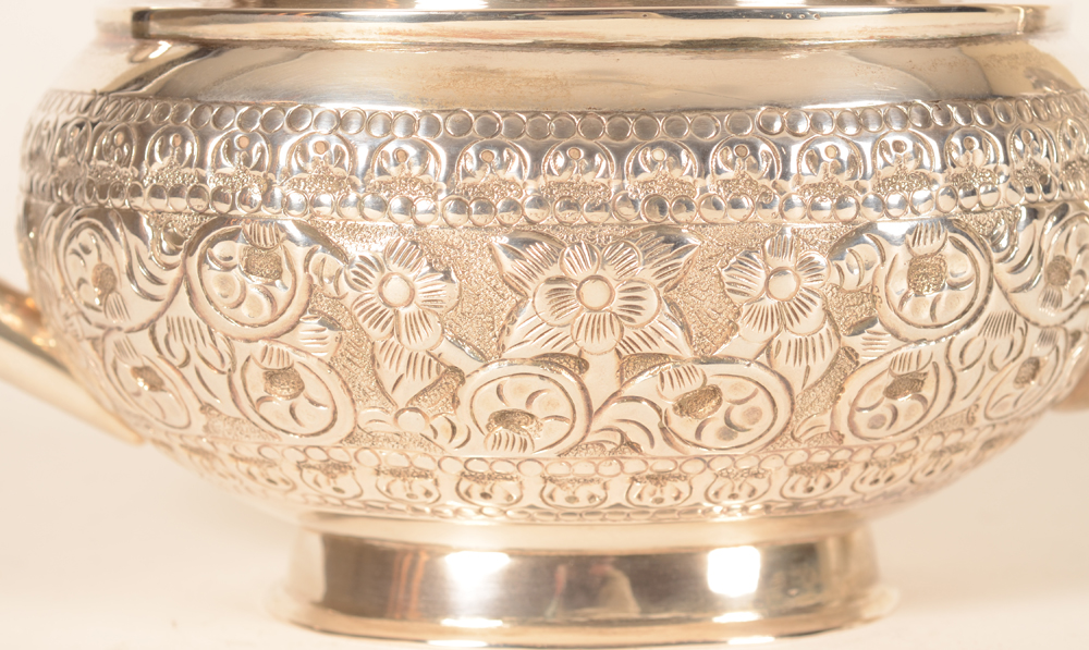 Indian silver tea pot — Detail of the chisseled decoration