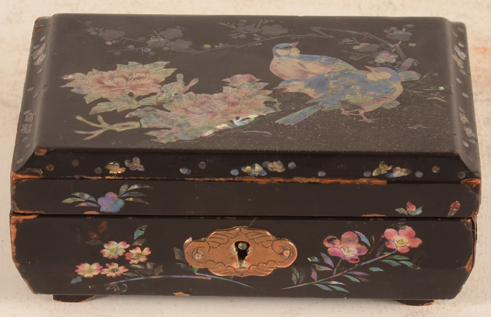 Japanese laquer box — Frontal view of the box