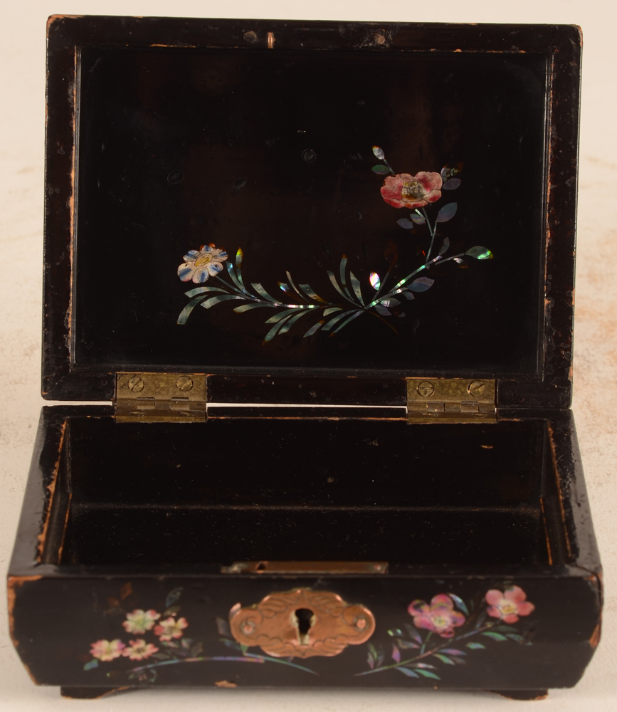 Japanese laquer box — Inside of the box with decoration