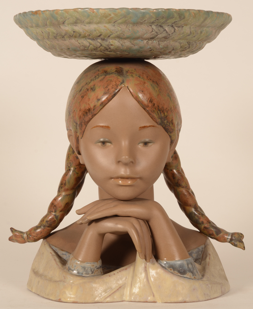 Lladro bust girl with basket — Frontal view of the sculpture in good condition.