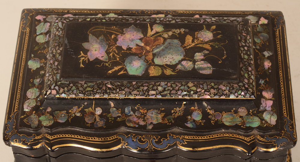 Napoleon III lacquered tea caddy  — Detail of the decoration of the outer lid