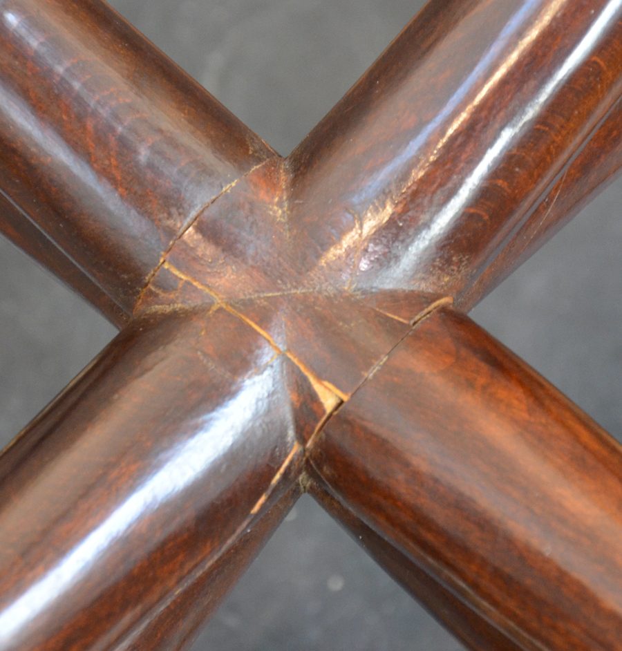 Vintage design occasional table 1940s — Detail of the joining of the legs, possibly with an old restauration