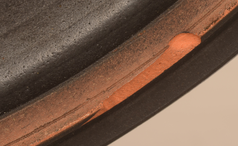 Perignem — Detail of the chip, lenght 13 mm, on the base rim.