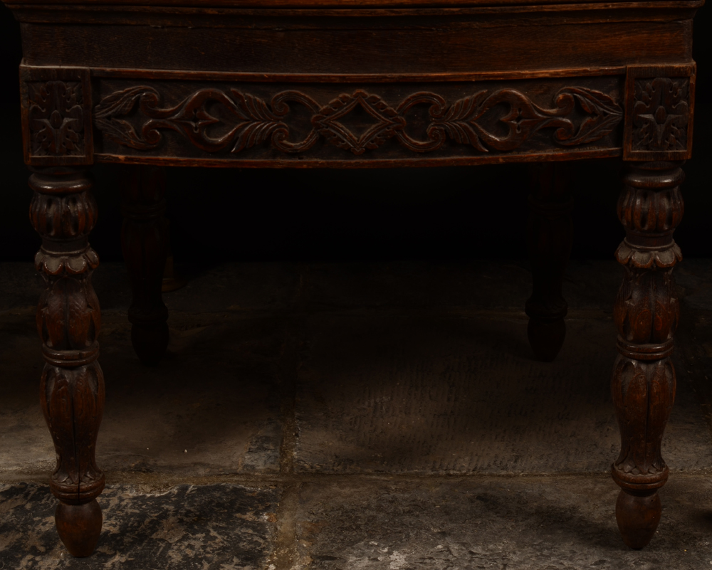 C. Reisse 1847 3 oak chairs — Detail of the sculpted feet
