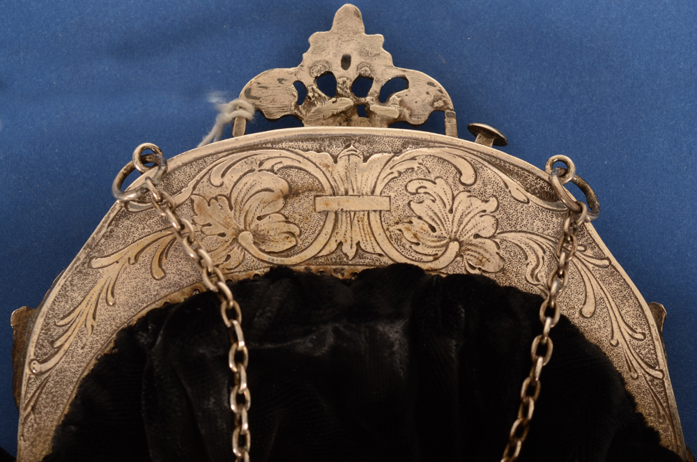 Silver and textile purse — Back of the silver mount, with an elegant engraving