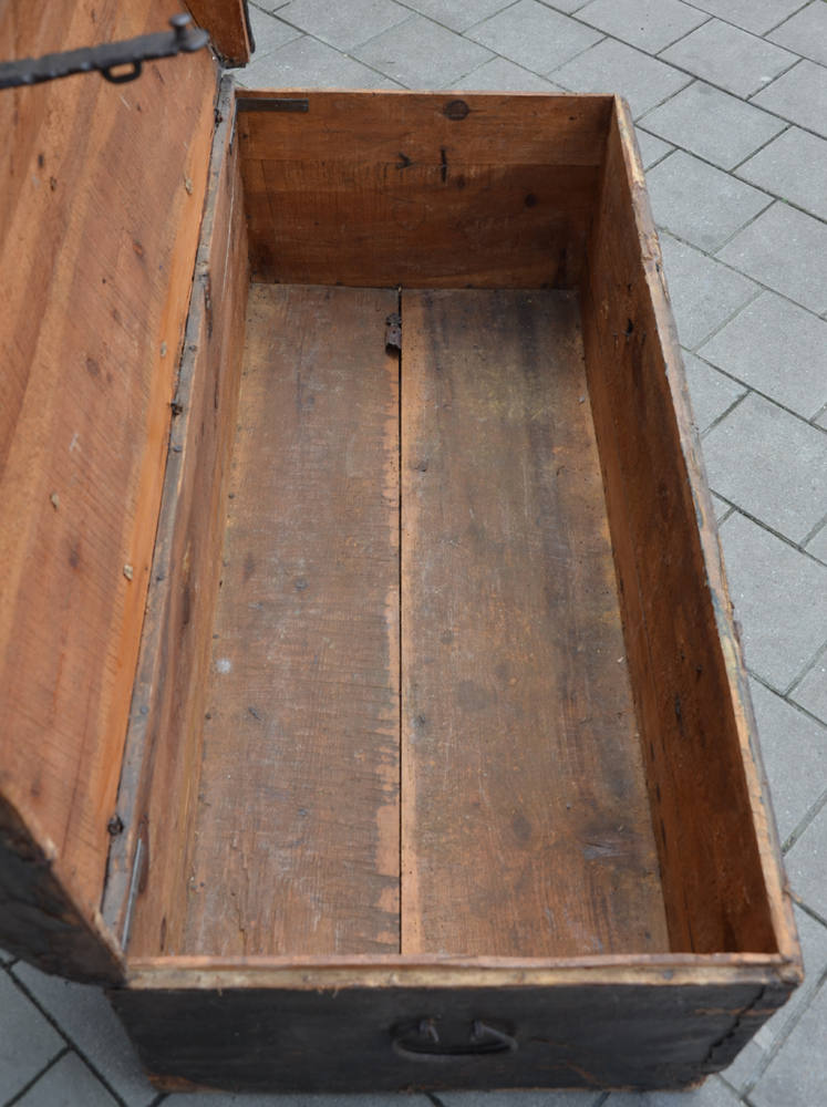 Spanish nail trunk — Inside view of the trunk, with restaurations and alterations