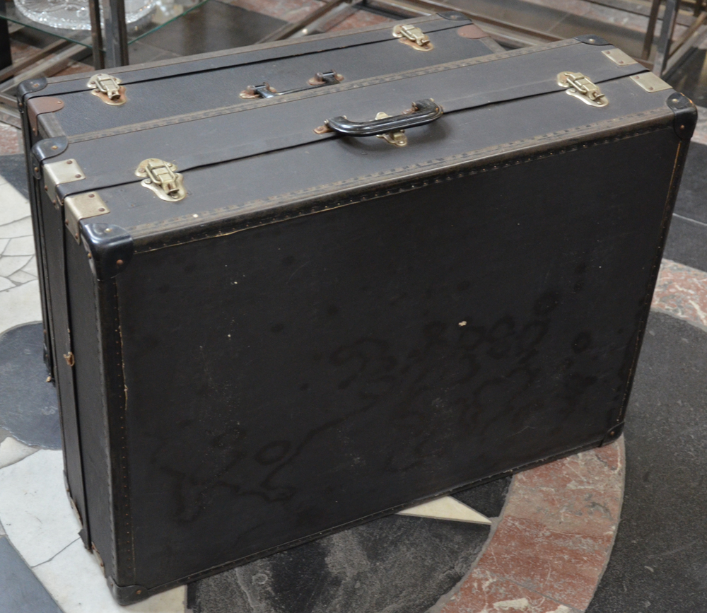 Travelling shoe salesman trunks — Trunk view from the side