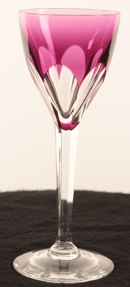 Val Saint-Lambert Gevaert pink wine glass, high stem — <p>Roemer en cristal transparent et fuchsia 19 cm</p>