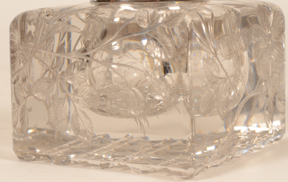 Wolfers Freres — Detail of the flower pattern cut into the crystal