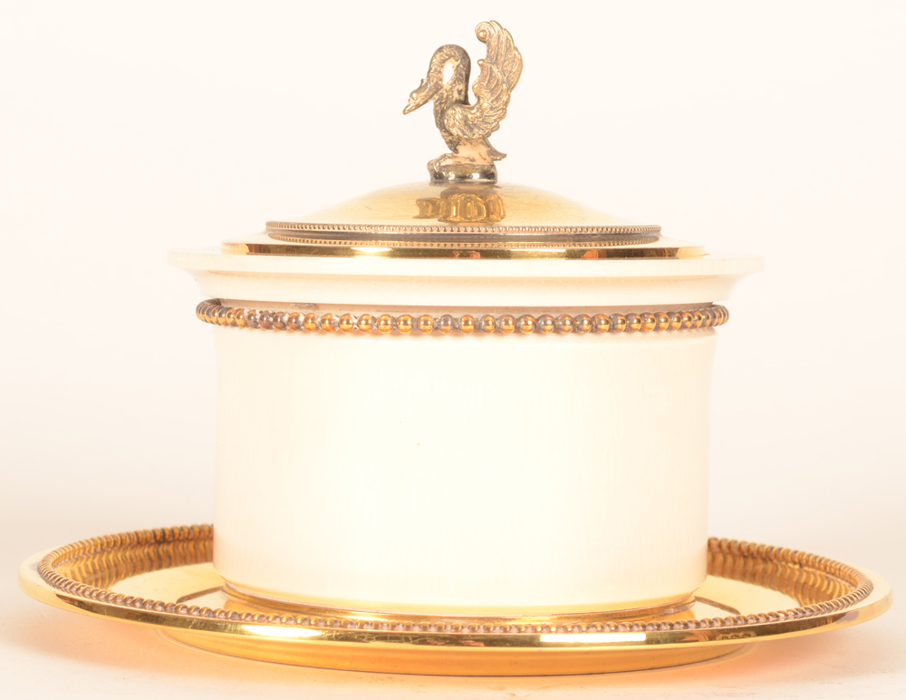 Wolfers Frères  — Side view of the box, with a small swan sculpture on the lid