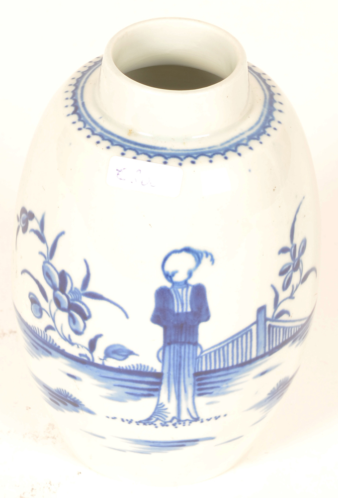 18th century Worcester porcelain  — Tea canister with handpainted 'chinese in a fenced garden' pattern