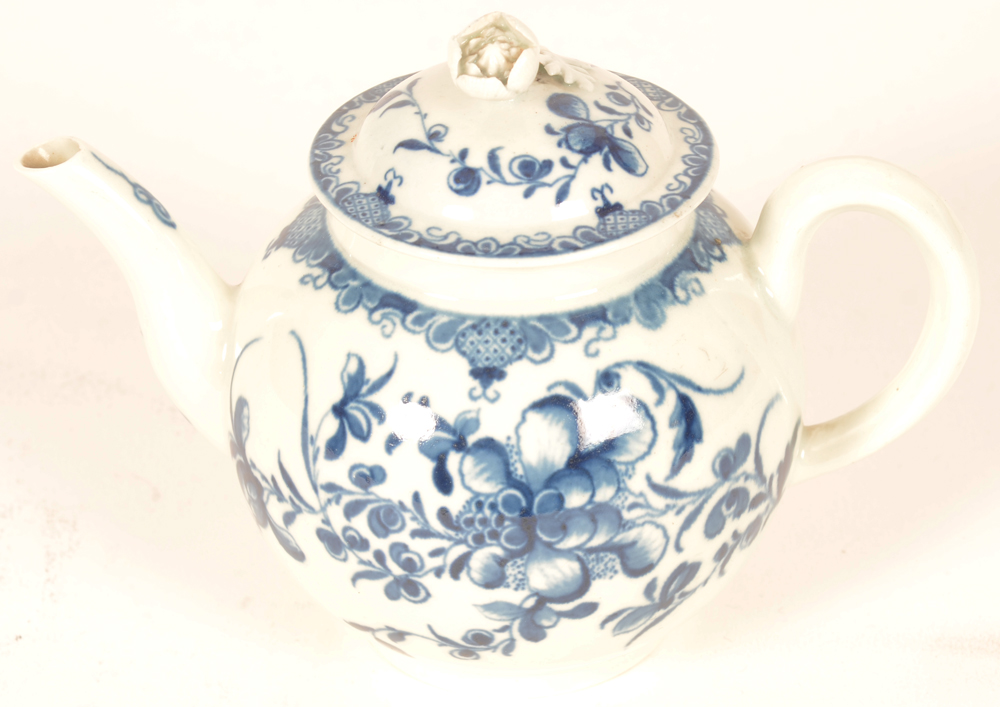 18th century Worcester porcelain tea pot — Theiere en porcelaine de Worcester du 18ieme siecle