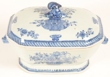 Chinese export porcelain blue and white tureen
